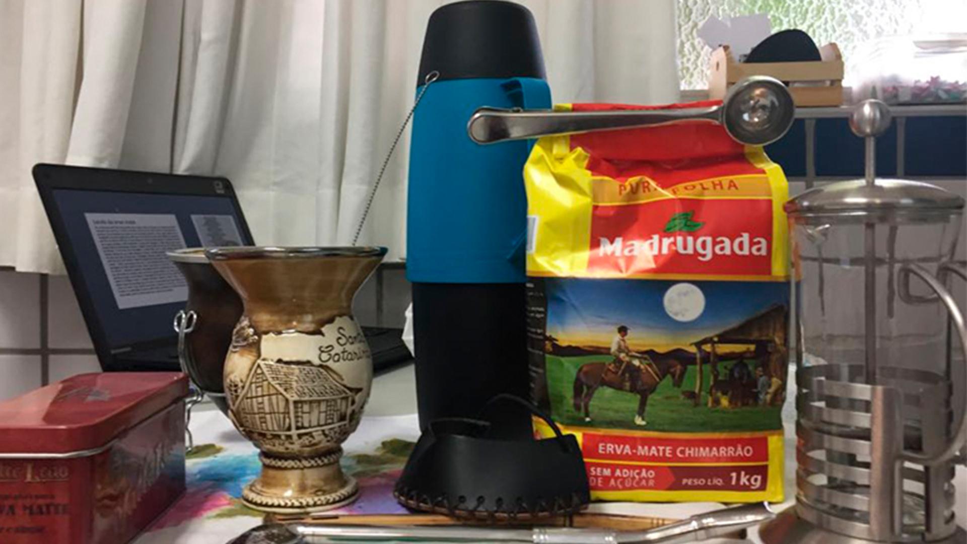 [Atividade da feira cultural 2o.s anos: Conhecendo a cultura dos Pampas- preparando chimarrão]
