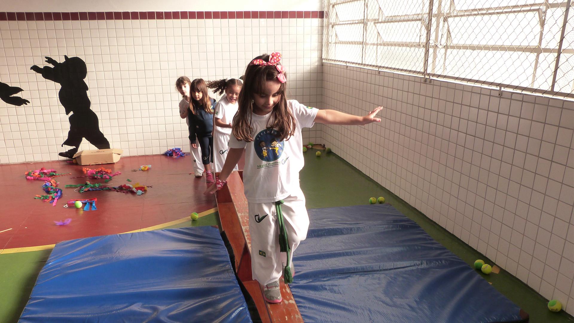 [Os Alunos da Educação Infantil em Atividade circenses com os Professores de Educação Física -  Comemoração ao dia do circo]