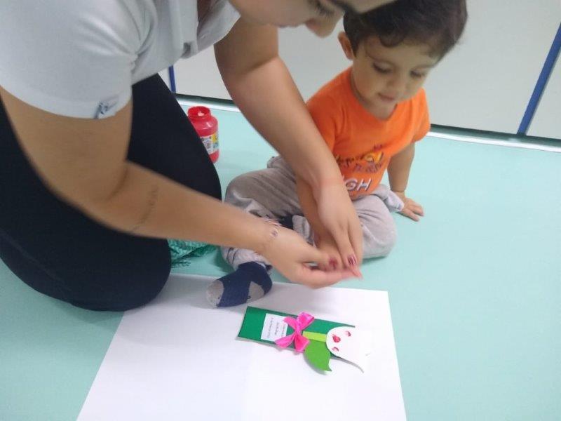 [Confecção do cartão do Dia Internacional da Mulher - Berçário]