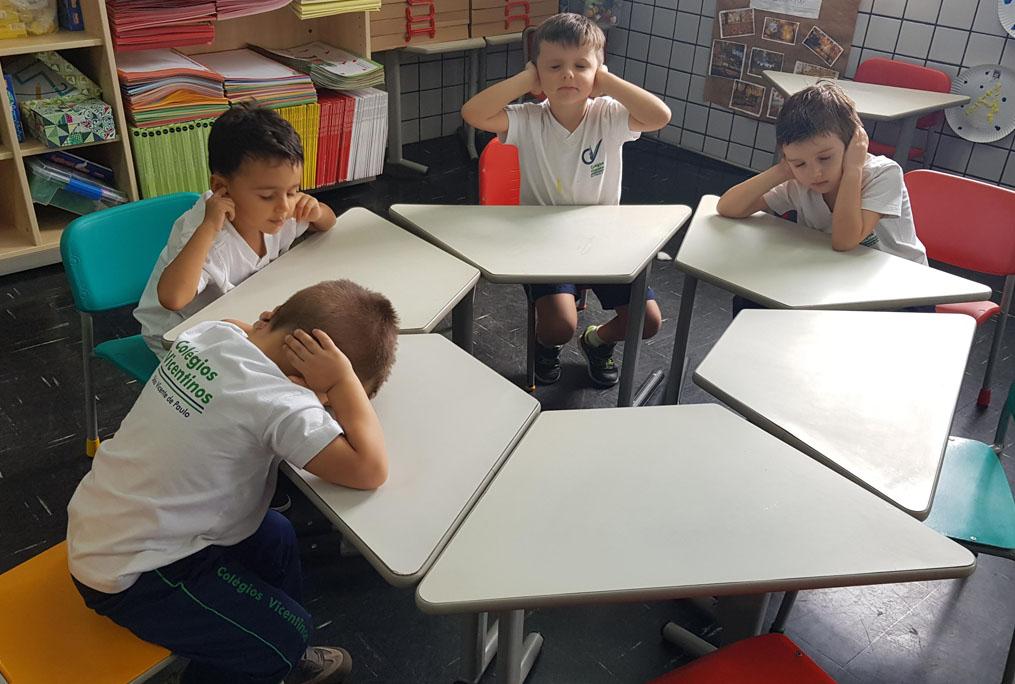 [Nível I B - Trabalhando a percepção dos sentidos : audição.  Ouvindo os sons com os ouvidos tampados!]